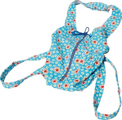 Un sac porteur de poupée bleu turquoise avec impression rouge et blanche, s'ouvre sur le devant à l'aide d'une fermeture éclair.