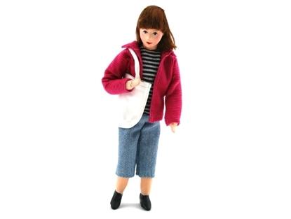 Popje voor poppenhuis, moderne Mama met lang bruin haar, korte donkerroze jas, blauwe 3/4 jeans, wit-zwart gestreepte sweatshirt en een grote witte boodschappentas.