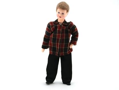 Popje voor poppenhuis, tienerjongen met zwarte broek en rood en zwart geruite hemd.