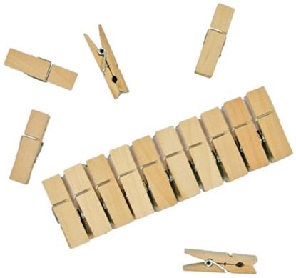 Een rij van 10 houten wasspelden voor poppenkleren en 5 er los rond verspreid.