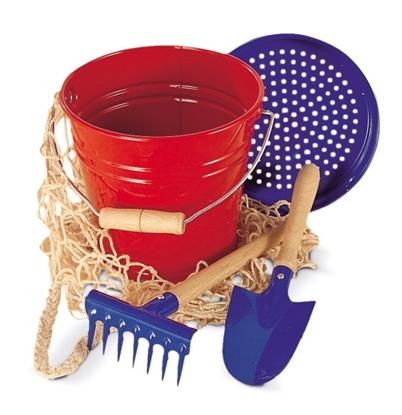 Rode metalen speelgoed emmer met houten handvat, blauwe speelgoed zand zeef, kleine blauwe metalen handschep met houten handvat, blauwe metalen speelgoed hark en katoenen netje.