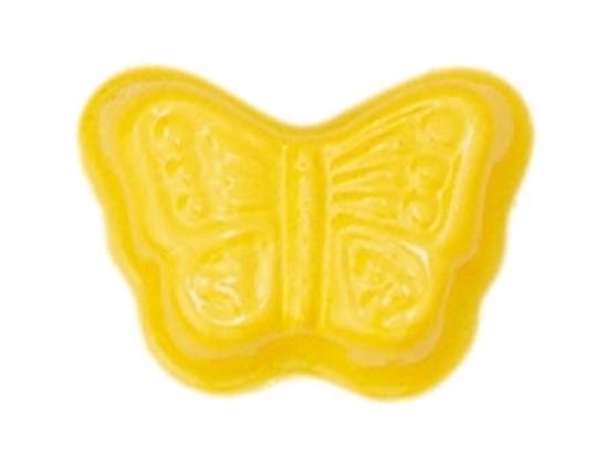 Geel gelakt metalen zandormpje in de vorm van een vlinder.