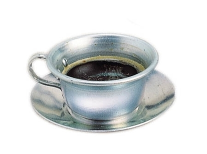 Kopje en schoteltje in aluminium om koken etentje te spelen. In de kop kan je koffie zien.