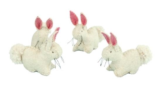 Vier witte konijnen. De binnenkant van de oren  zijn roze.