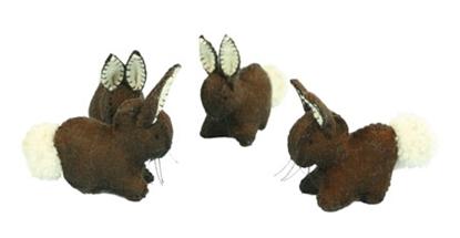 Drie donkerbruine konijnen in wolvilt met witte staart en binnenkant van de oren.