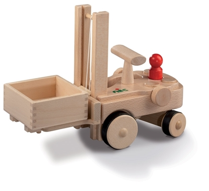 Houten speelgoed vorklift met rood mannetje.