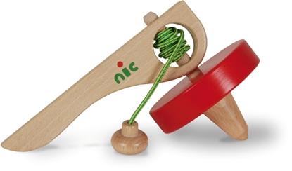 Houten handvat met rode tol, omwonden door een groene koord met een houten blokje op het einde. De top van de tol is beslaan met metaal.