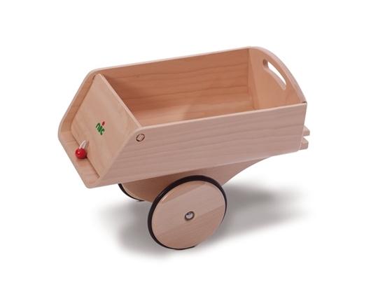 Houten aanhangwagen voor loopauto, één as met 2 houten wielen omringd met rubber. De achterklep van de laadruimte kan omhoog kippen om de lading te lossen.
