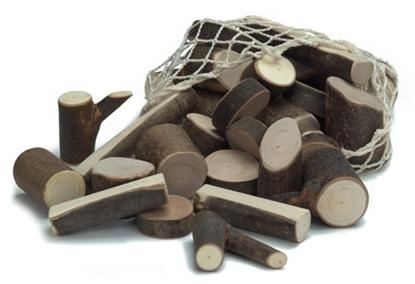 Een wit katoenen netje is open en laat een hoop speelblokken uitrollen in takkenhout.