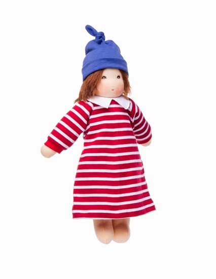 Voddenpop met bruin mohair haar en bruine ogen.  Ze draagt een rood en wit gestreept kleed met witte kraag en een blauwe muts.