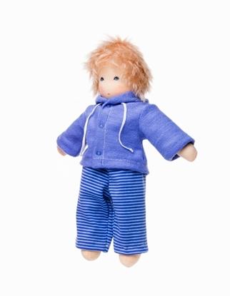 Jongen voddenpop met blond mohair haar en blauwe ogen, een blauw gestreepte lange broek en een effen blauwe hoodie.