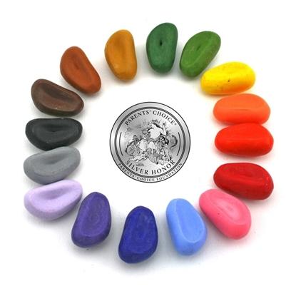 16 peuterkrijtjes gemaakt van soja olie en minerale pigmenten, in een cirkel gelegd als keitjes  in de volgende kleuren donker groen, licht groen, geel, oranje, rood, donker rood, roos, licht blauw, donker blauw, donker paars, licht paars, grijs, zwart, donker bruin, midden bruin en licht bruin.