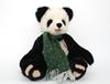 Ours panda en mohair avec une longue écharpe verte en laine.