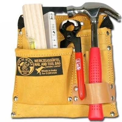 Gereedschapsriem in echt leder met verschillend gereedschap: een hamer, een nijptang, een plooimeter en een houten waterpas.