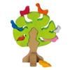 Un arbre vert avec tronc brun et des oiseaux multicolores en bois dans l'arbre, 2 rouges, 1 orange, 1 bleu, 1 mauve et 1 orange assis au pied de l'arbre.