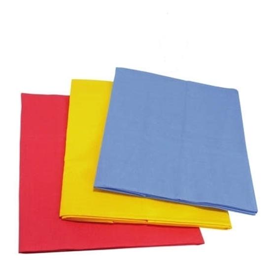 Drie grote katoenen speeldoeken opgeplooid, een rode, een gele en een blauwe.