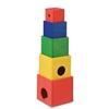 Une tour de 5 cubes en bois superposés. Le plus grand un rouge, suivi d'un jaune, un vert, un bleu et le plus petit aussi un rouge.