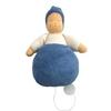Muziekdoos in een voddenpopje met rond blauw lichaam, witte sweatshirt en blauwe pinnenmuts.