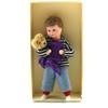 Poppenhuis pop, blonde peuter met Teddybeer in een doos.