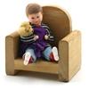 Poupée pour maison de poupée, petit garçon assis dans un fauteuil en bois, portant un Nounours dans ses  bras.