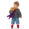 Klein jongetje, poppenhuis pop, met blauwe korte broek en grijs-zwart gestreepte hoodie. Hij draagt een paars doekje en een teddy beer in zijn armen.