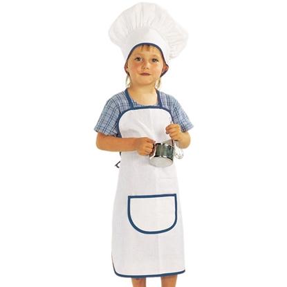 Kind met grote witte koksmuts en -schort met grote zak, beide met blauwe bies. Het kind houd een metalen kookpotje en een klopper in zijn handen.