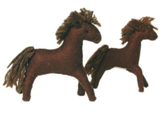 Twee donkerbruine paarden in wolvilt, een grote en een kleine.