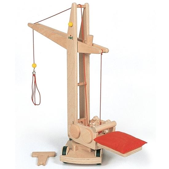 Stevige houten speelgoed bouwkraan  van 85 cm hoog met sterke metalen haak en rood kussen als tegewicht.