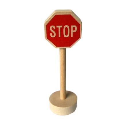 Ronde houten sokkel met houten paal en rood zeshoekig paneel met de letters stop om de speelautootjes te doen stoppen.