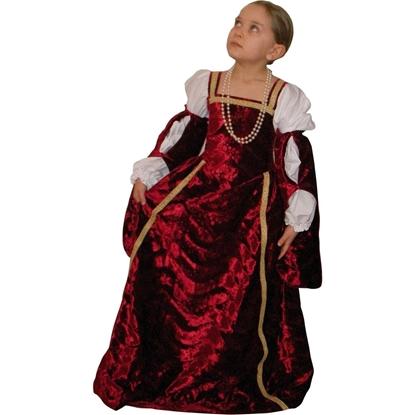 Een meisje kijkt naar boven en draagt een donkerrood fluwelen kleed omzoomd door een gouden band. Doorheen de rode fluwelen mouwen zijn witte gebloesde ondermouwen te zien, in de stijl van Renaissance kledij.