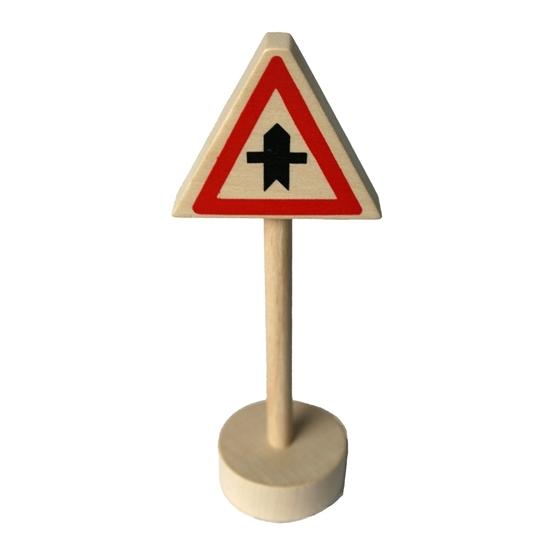 Om met de autootjes te spelen, ronde houten sokkel met houten paal en driehoekig paneel met rode omlijsting en zwarte voorrangspijl in het midden.