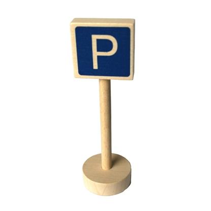 Voor de speelauto's, houten verkeersteken parking: ronde houten sokkel met houten paal en blauw rechthoekig paneel met een witte P.