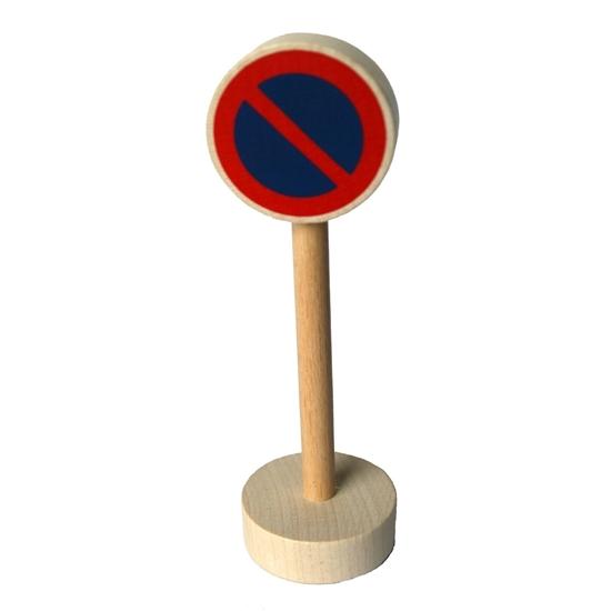 Voor de speelauto's, ronde houten sokkel met houten paal en rond blauw paneel omringd met rode cirkel en schuine rode streep om het parkeren te verbieden.