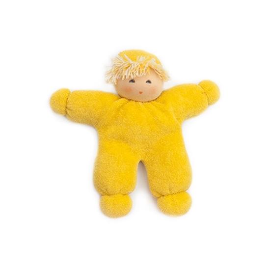 Klein geel voddenpopje met gele muts, blond wollen haar en blauwe ogen.