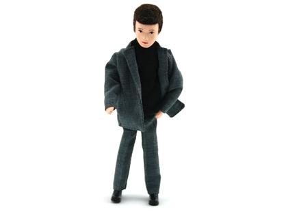 Pop voor poppenhuis, klassieke vader met zwart haar, zwarte broek en zwarte trui met rolkraag en een grijze vest.