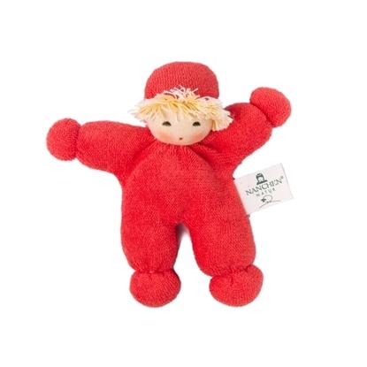 Mini rood popje met handgeschilderd gezicht, geel haar, gemaakt van bio katoen en gevuld met bio wol.