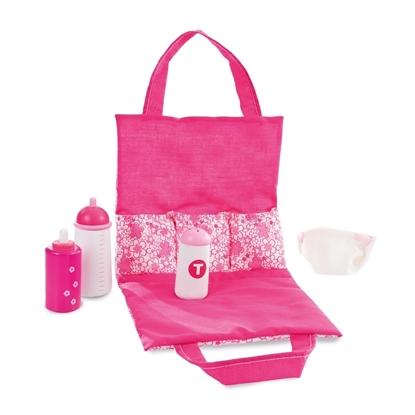 Een donker roze verzorgingstas in katoen, opengeklapt, met de nodige verzorgingsproducten in hout voor baby poppen.