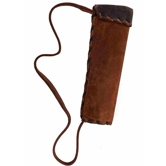 Stevige pijlenkoker in bruin suède leder met donkerbruine boord in hetzelfde materiaal en een suède lederen koord om op de schouder te dragen.