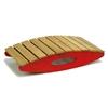 Massief houten schommel bestaande uit twee ovale rode planken verbonden door 10  plankjes in natuurhout.