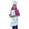 Fillette souriante portant une grande toque de chef et un tablier de cuisine avec grande poche, tout deux blancs bordés d'un galon bleu. L'enfant porte des jeans bleu et un sweat-shirt fuchsia et tient dans ses mains une petite casserole de jeu et un fouet.