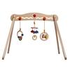 Houten babyboog op 4 houten poten. Eraan hangen 3 veelkleurige babyspeeltjes: rammelaars met metalen belletjes of houten ringetjes.
