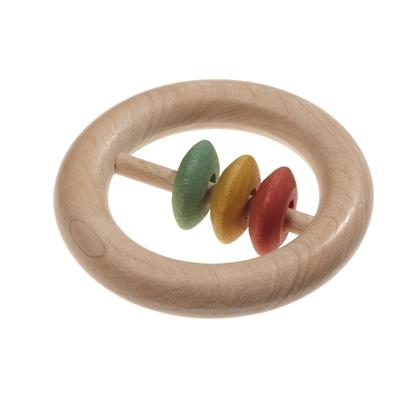 Rammelaar gemaakt van een natuurhouten ring met een houten staafje als diameter waarop 3 gekleurde  schijven schuiven, 1 rode, 1 gele en 1 groene.