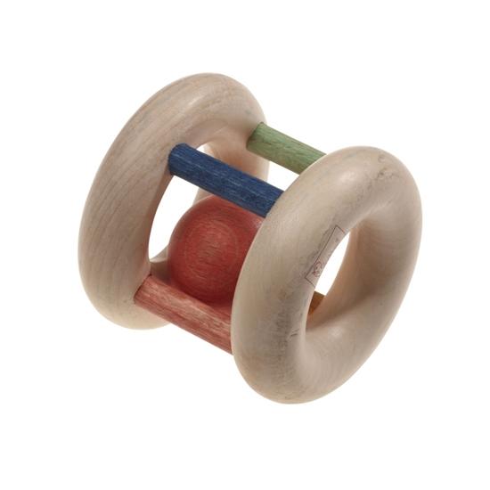 Rammelaar gemaakt van 2 natuurhouten ringen verbonden met 4 gekleurde kleine kolommen met daartussen bewegend een rode houten bal.