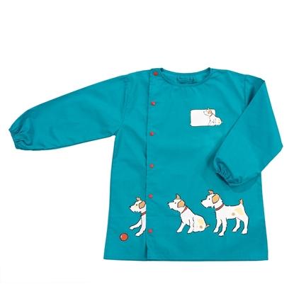 Appelblauwzeegroen kinderschortje met lange mauwen met rekker om de polsen, sluit aan de zijkant met 6 rode drukknoppen. Onderaan zijn 3 witte honden afgebeeld met beige oren en een rode bal.