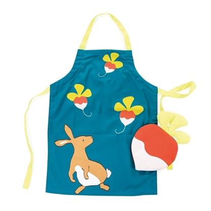 Donkergroene kinder keukenschort met 3 radijzen op geschilderd en een bruin konijn. Erop ligt een ovenwant in de vorm van een radijs.