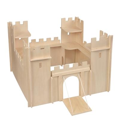 Vierkantig natuurhouten kasteel met vier torens, een hefbrug en kantelen.