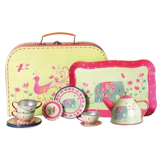 Geel kartonnen valiesje met tekeningen, met ervoor, rechtstaand een blikken geel dienblad met roze rand, en een geel en roos blikken theeservies.