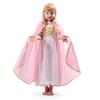 Une petite fille en robe de princesse rose porte une grande cape avec capuche rose achevée sur le bord par un galon doré.
