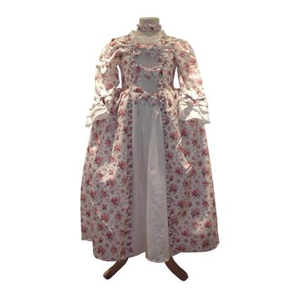 Op een paspop een witte prinsessenjurk met rozenboeketjes op gedrukt, een witte onderrok en drie strikken op de borst in de Stijl van Madame de Pompadour.