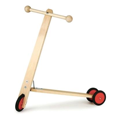 Natuur houten step met 3 rode metalen wielen bedekt met rubber.